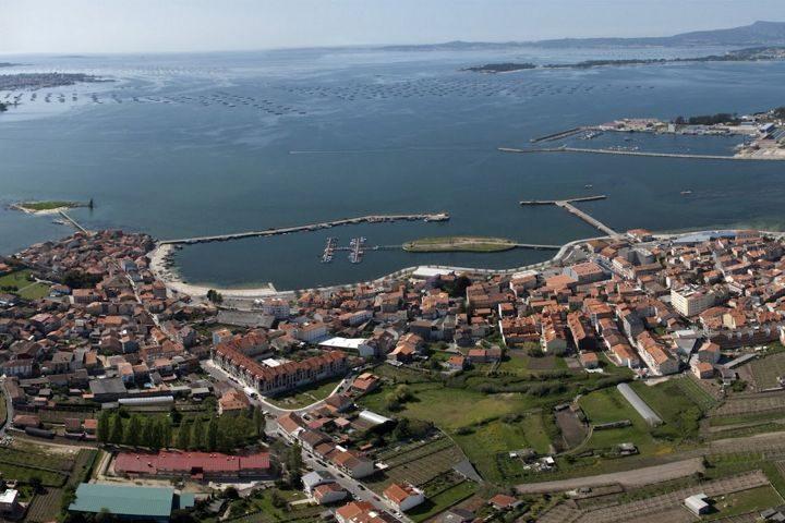 casa o muino cambados vista general del puerto y la ciudad